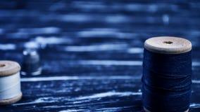 螺纹短管轴在桌上的 在一个卷轴的螺纹工艺的 Ma 库存图片