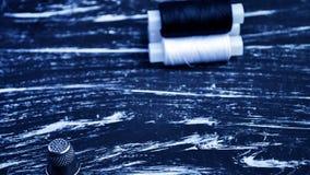 螺纹短管轴在桌上的 在一个卷轴的螺纹工艺的 Ma 免版税图库摄影