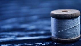 螺纹短管轴在桌上的 在一个卷轴的螺纹工艺的 Ma 免版税库存照片