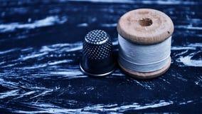 螺纹短管轴在桌上的 在一个卷轴的螺纹工艺的 Ma 免版税库存图片