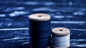 螺纹短管轴在桌上的 在一个卷轴的螺纹工艺的 Ma 图库摄影