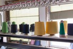 螺纹短管轴在缝合的设备的在织品产业 缝合的生产 免版税库存照片