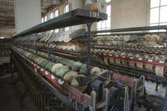 螺纹短管轴在丝绸工厂 库存照片