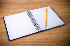 螺纹笔记本和铅笔 免版税库存照片