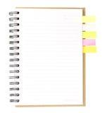 螺纹笔记本开放在与五颜六色的便条纸的白色 免版税库存图片