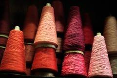 螺纹红色桃红色背景短管轴在葡萄酒的在巴黎法国购物 库存图片