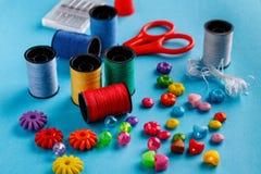 螺纹缝合的工具、品种小珠和短管轴蓝色表面上的 免版税库存图片
