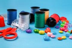 螺纹缝合的工具、品种小珠和短管轴蓝色表面上的 图库摄影