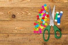 螺纹缝合的按钮、剪刀和卷  免版税库存照片
