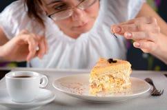 蟑螂在板材的爪子脚 蟑螂在厨房里 妇女发现了昆虫的爪子在吃的 蟑螂脚 免版税库存图片