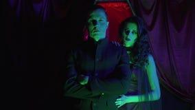蠕动的吸血鬼夫妇在与一个棺材的绿灯站立在他们,4k后 影视素材