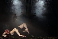 蠕动的妇女缺掉面孔在森林里 库存图片