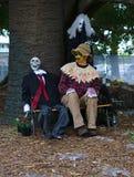 蠕动的新娘和新郎与坐在新郎旁边的稻草人 库存图片