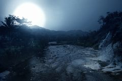 蠕动的河看法在午夜 库存照片