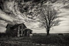 蠕动的老房子 免版税库存照片
