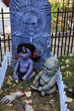 蠕动的蛇神婴孩在坟园 库存照片