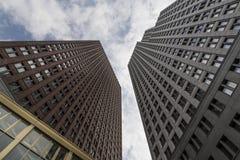从蠕虫的眼睛视图的摩天大楼 免版税库存照片