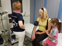 血压和糖检查在血液成水平 免版税库存照片