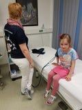血压和糖检查在血液成水平 库存图片
