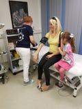 血压和糖检查在血液成水平 免版税库存图片