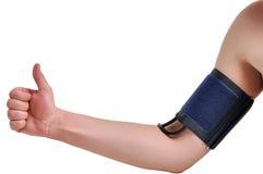 血压的测量在一个人的手上的 库存图片