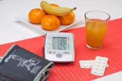 血压设备和药物 免版税库存图片