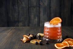 血橙在木背景的玛格丽塔酒鸡尾酒 免版税库存图片