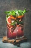 血橙柑橘柠檬水用薄菏和冰在玻璃 免版税库存图片
