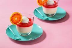 血橙潘纳在桃红色背景的陶砖点心 免版税库存图片