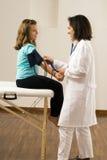 血液医生女孩压s采取垂直 库存照片