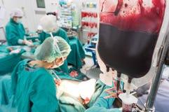 给血液在操作时 库存图片