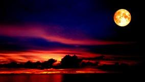 血液月亮和红色天空在夜 库存图片