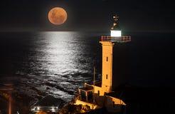 血液月亮和黑海洋 免版税库存照片