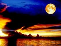 血液月亮日落在天际线在夜克洛的鸟飞行的海船 库存照片