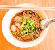 血液汤面条 小船面条是泰国样式面条盘, wh 图库摄影