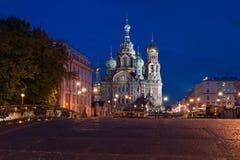 血液的救主的大教堂向圣彼德堡在晚上 免版税库存图片