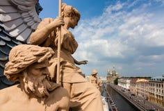 血液的救主的教会的看法在有美好的雕塑在圣彼德堡的屋顶的 库存图片