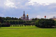 血液的教会救主和公园在圣彼德堡,俄罗斯。 免版税库存照片