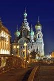 血液的教会救主在圣彼德堡,俄罗斯 被停泊的晚上端口船视图 免版税库存照片