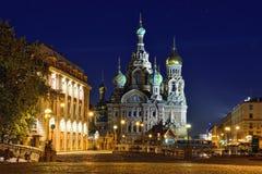 血液的教会救主在圣彼德堡,俄罗斯 被停泊的晚上端口船视图 免版税库存图片