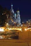 血液的教会救主在圣彼德堡,俄罗斯 被停泊的晚上端口船视图 库存照片