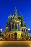 血液的教会救主在圣彼德堡,俄罗斯 被停泊的晚上端口船视图 免版税图库摄影