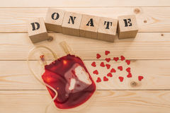 血液袋子顶视图和与词的木立方体捐赠 库存照片
