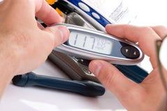 血液设备葡萄糖级别进展测试 免版税库存图片