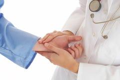 血液诊断医生感觉耐心的压脉冲 库存图片