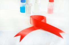 血液采样和分析在轻的背景的一个生物化学的实验室 在瓶的焦点 免版税图库摄影