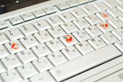 血淋淋的手指帮助膝上型计算机键入&# 库存照片