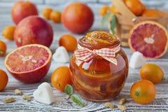 血淋淋的桔子可口果酱在一个玻璃瓶子的 免版税图库摄影