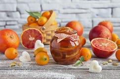 血淋淋的桔子可口果酱在一个玻璃瓶子的 库存照片