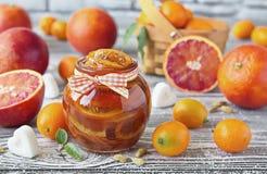血淋淋的桔子可口果酱在一个玻璃瓶子的 免版税库存图片